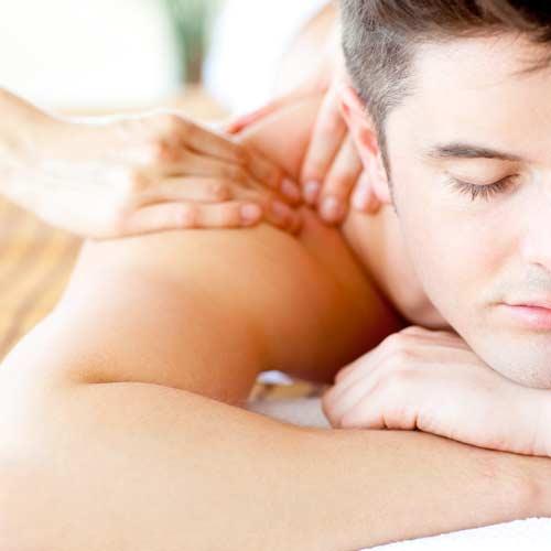 Un homme pendant une séance de massage californien
