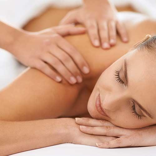 Femme qui se reçoit un massage shiatsu.