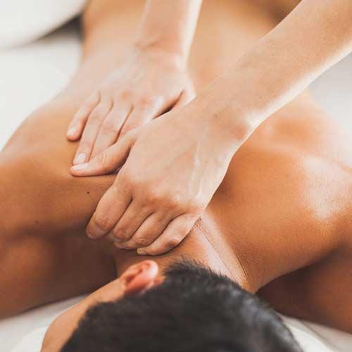 Un masseur qui donne un massage sportif à un homme