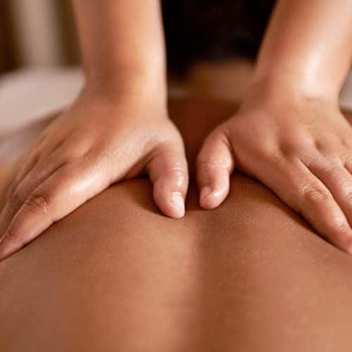 Masseur qui pratique un massage suédois sur une personne