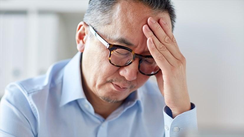 Homme de plus de 50 ans qui souffre de céphalées.