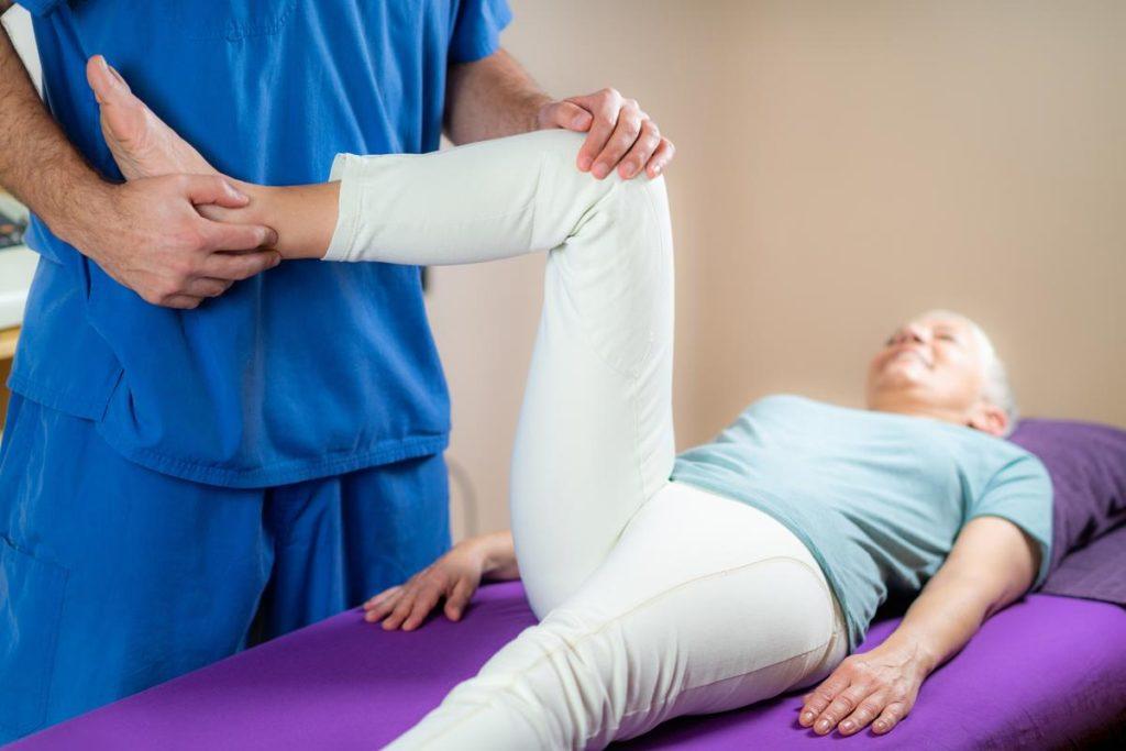 Une femme qui reçoit des soins pendant une séance d'étiothérapie
