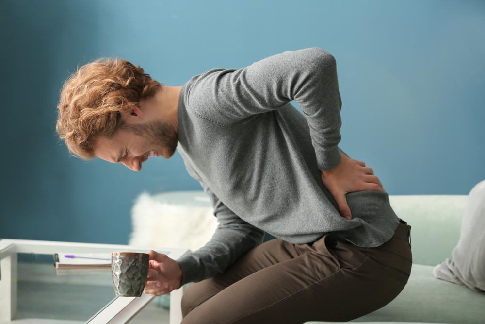 Un homme qui souffre de douleurs au dos