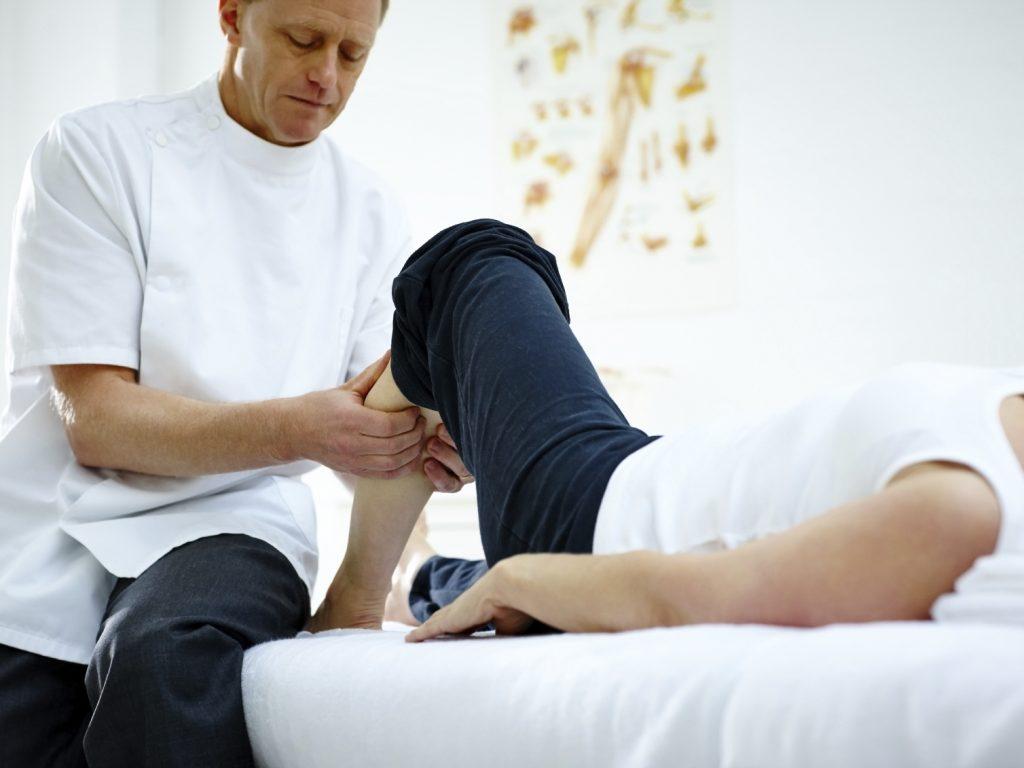 Un thérapeute pratiquant des manipulations sur un patient pendant une séance d'étiopathie
