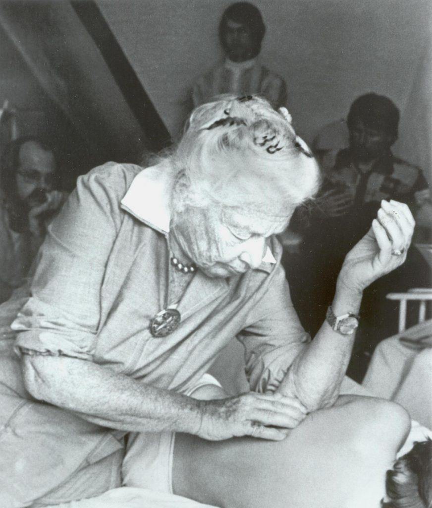 Ida Pauline Rolf, la créatrice du Rolfing, qui pratique sa technique sur une personne