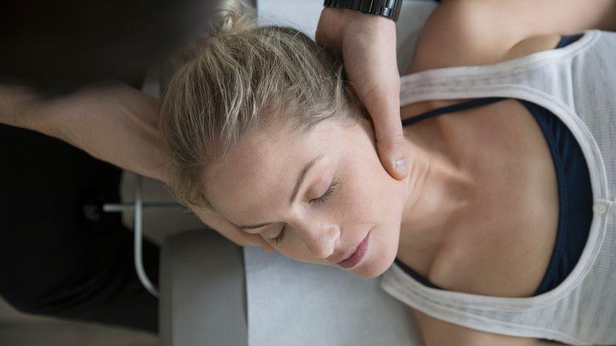 Une femme se faisant masser pendant une séance de microkinésithérapie