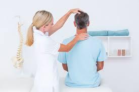Une ostéopathe intervenant sur un patient qui souffre de torticolis