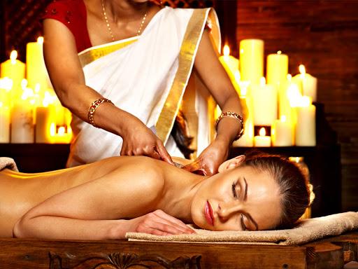 Une femme qui reçoit un massage ayurvéda.