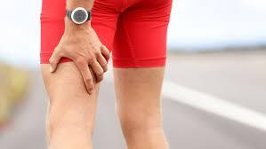 Sportif qui ressent une douleur sur l'arrière de la cuisse causée par une sciatique.